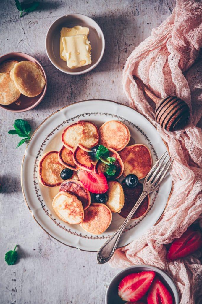 assiette de mini-pancakes avec des fraises & myrtilles - confitbanane