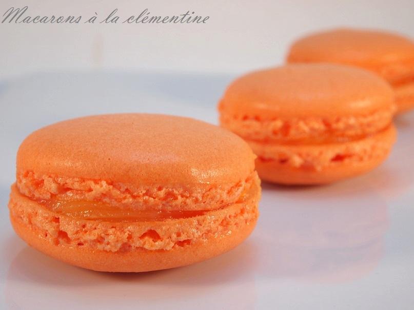 Des macarons à la clémentine, garnis de leur curd à la clementine... #macarons - http://www.confitbanane.com/