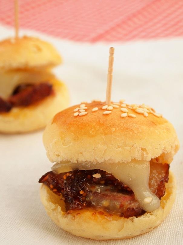 Des mini-burgers de canard, figues et brebis, surprenez vos amis avec ces mini-burgers aux parfums du sud - http://www.confitbanane.com/