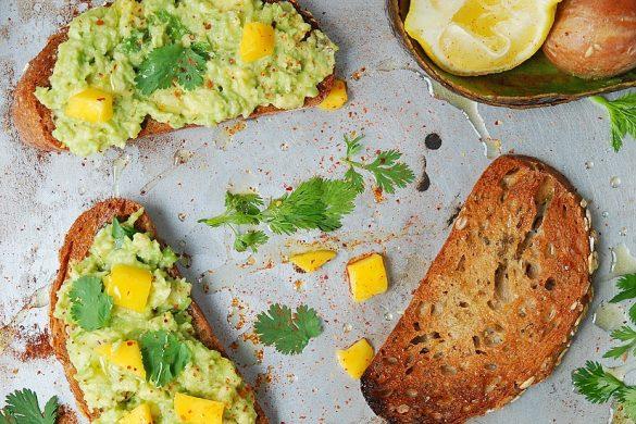 Des avocado toast ou toast à l'avocat... du pain toasté, avec de l'avocat écrasé, des dés de mangue et la coriandre. Une recette vegan, facile et parfumé.