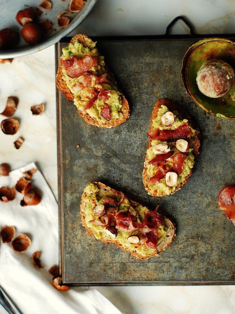 La super recette d'avocado toast : un toast à l'avocat et lard avec des noisettes grillées -  http://www.confitbanane.com/