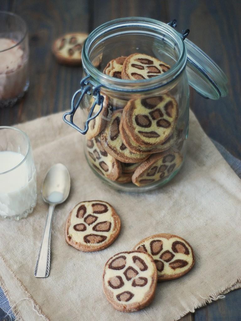 Des sablés (ou biscuits) imprimés en léopard!! La recette parfaite pour impressionner vos petits à l'heure du gouter ou pour une sweet table version safari! - http://www.confitbanane.com/