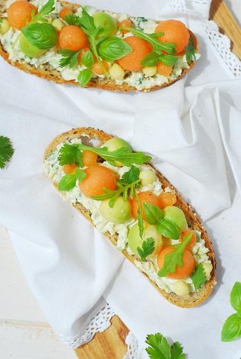 Une tartine melon, avocat, speck & herbes folles aux saveurs de l'été. http://www.confitbanane.com/