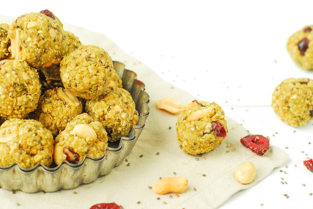 Des boules d'énergie au thé matcha, graines de chia, cranberrys et noix de coco pour un surplus d'énergie - http://www.confitbanane.com/