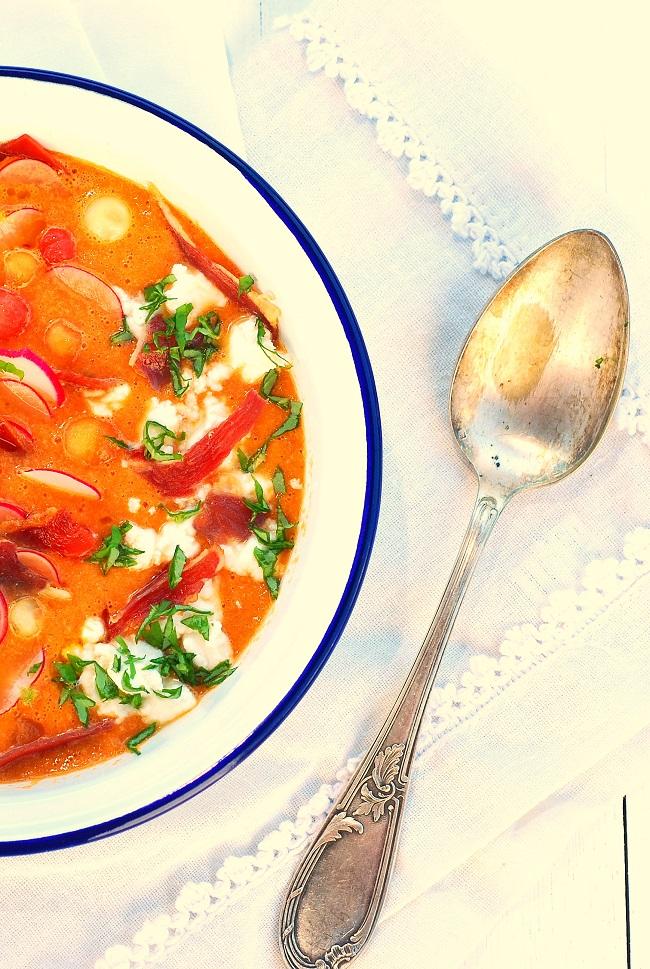 Une soupe froide estivale avec ce gaspacho pastèque melon et chèvre. Assaisonnez de basilic, la recette de l'été idéale et rapide pour utiliser melon et pastéque. - http://www.confitbanane.com/