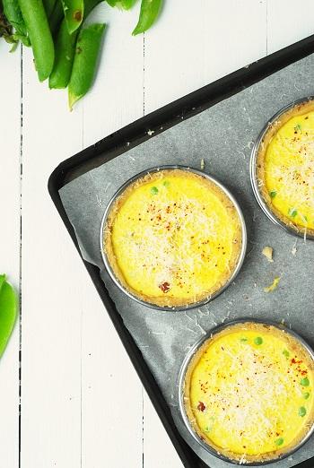 Cette recette de tartelette ou mini quiche petits pois brebis noisette est réalisée avec une pâte brisée rapide maison et des petits pois frais. Une recette à user et abuser pour changer de la quiche lorraine au pique nique