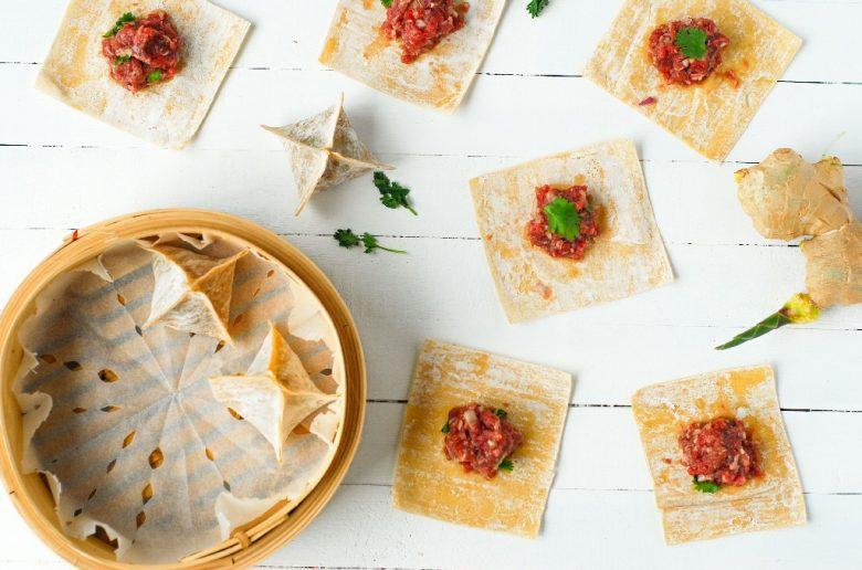 Une recette de wonton vapeur ou raviolis chinois farcis au boeuf, coriandre, yuzu et gingembre - http://www.confitbanane.com/-