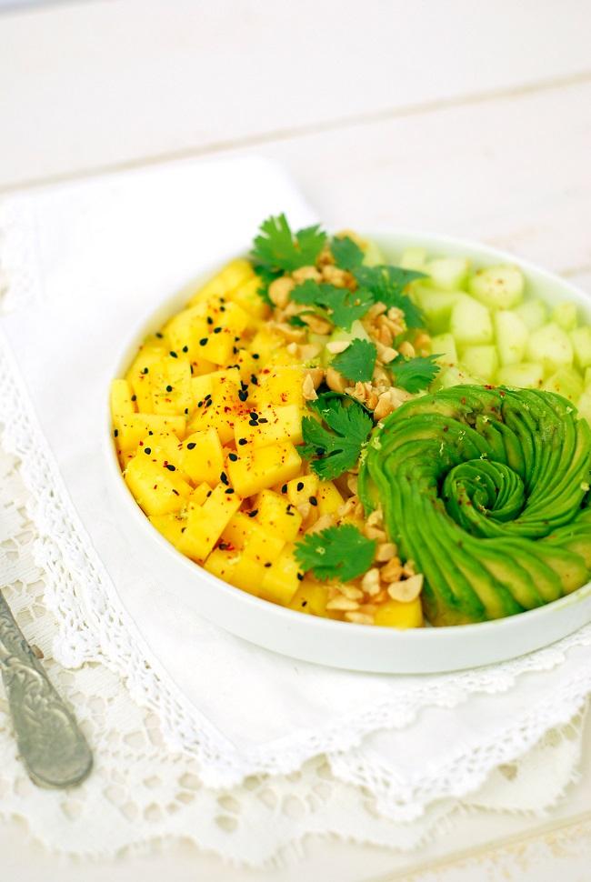 Réussir une rose d'avocat pour donner du charme à cette recette healthy et vegan de salade avocat mangue concombre agrémentée de cacahuètes et coriandre et d'une vinaigrette au citron vert. http://www.confitbanane.com/