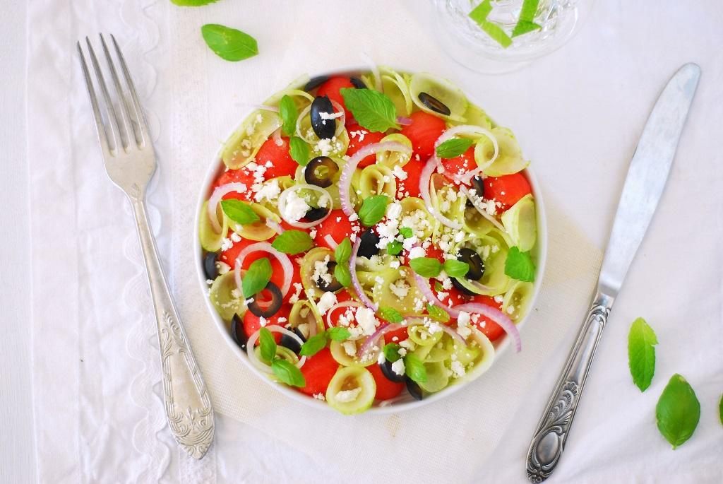 Une recette estivale avec cette salade de pasteque-concombre-feta-oives noires agrémentées de fines lamelles d'oignons rouges de menthe et basilic. Tout en saveur et fraîcheur avec peu de calories. http://www.confitbanane.com/