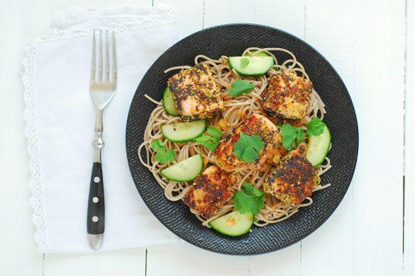 Voici un plat sain et complet avec ces nouilles soba accompagnées de saumon mariné en croute de sésame et pavot mais aussi de coriandre et de concombre. http://www.confitbanane.com/