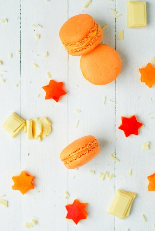 Des macarons à l'abricot une ganache simple à base d'abricot et chocolat blanc pour des macarons à croquer - http://www.confitbanane.com/