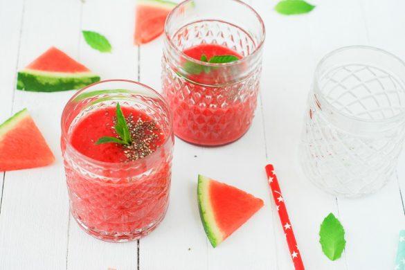 Un smoothie tout rouge, vitaminé et estival avec ce smoothie pastèque framboise fraise menthe et graines de chia