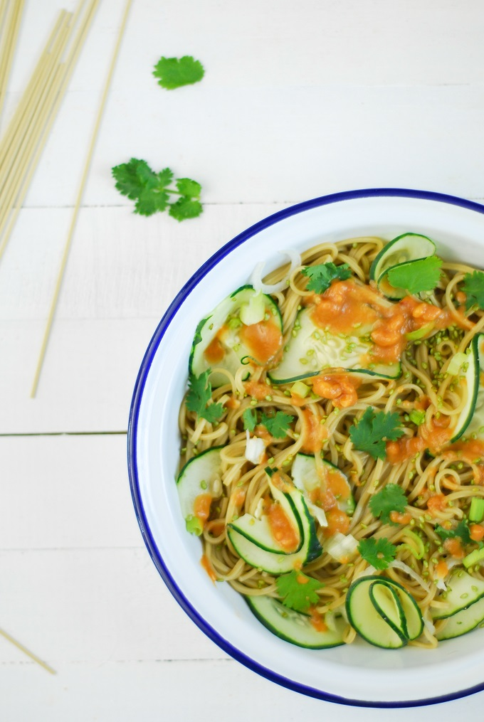 Une salade toute verte au cha soba avec du concombre, de la coriandre et une sauce au beurre de cacahuètes.