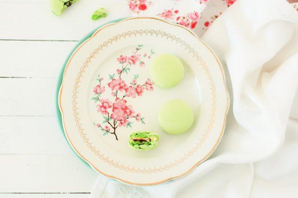 Des macarons avec une ganache montée à la pistache et son coeur de framboise gourmand.