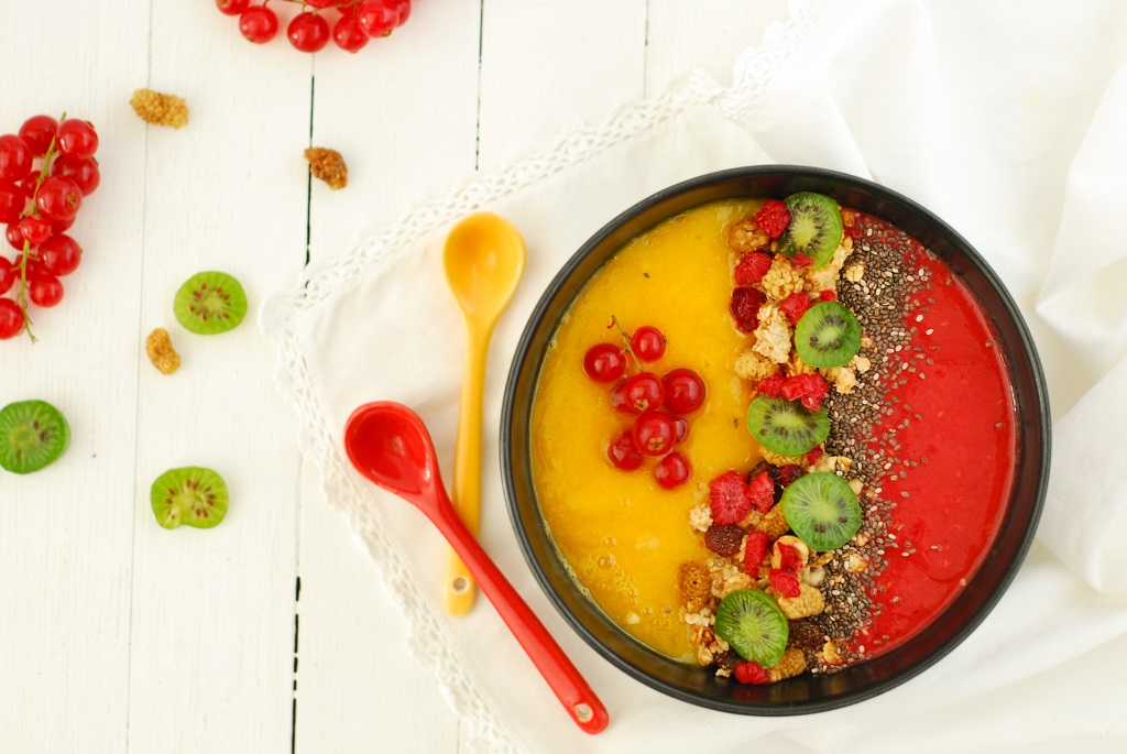 Un smoothie bowl mangue framboise bicolore