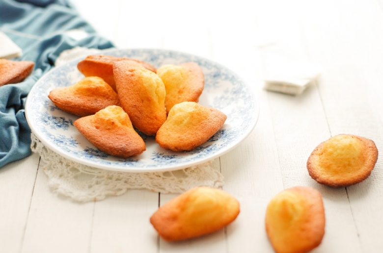 La recette des madeleines avec une jolie bosse parfumées au citron.