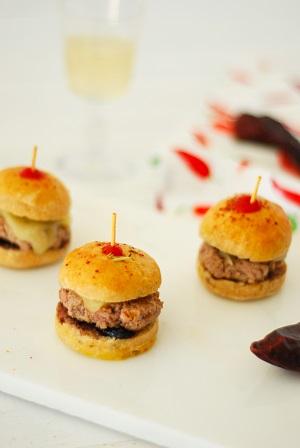 Mini burger entre Béarn et pays Basque, un apéro avec du veau, brebis, piment d'Espelette et confitur de cerise noire. POur un apéro 100% sud-ouest
