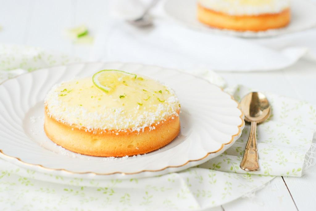 Un fond de tarte sablée, une base de roche coco avec une gelée coco par dessus surmontée d'un dôme de curd de citron vert. Recette by http://www.confitbanane.com/