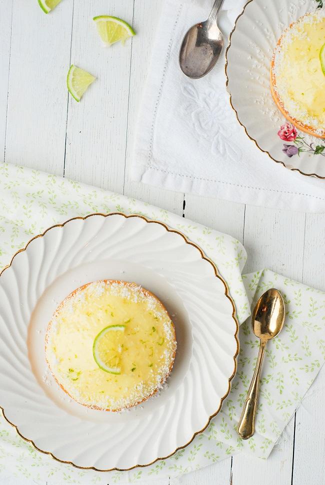 Un fond de tarte sablée, une base de roche coco avec une gelée coco par dessus surmontée d'un dôme de curd de citron vert. Recette de tartelettes coco citron vert by http://www.confitbanane.com/