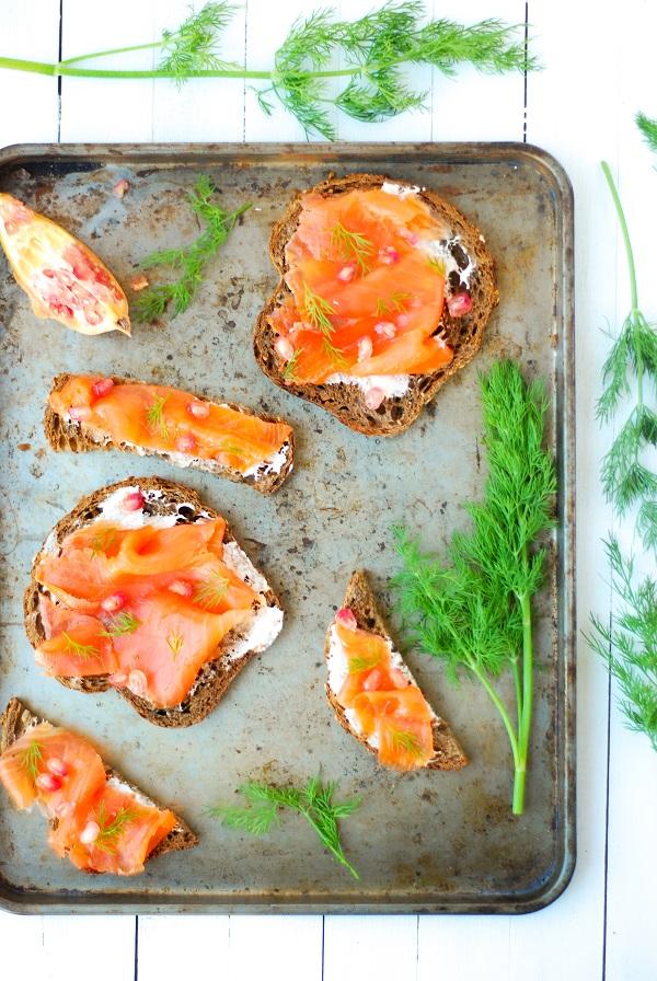 Des toast de pain viking à la truite fumée et grenade pour un repas frais et léger - http://www.confitbanane.com/