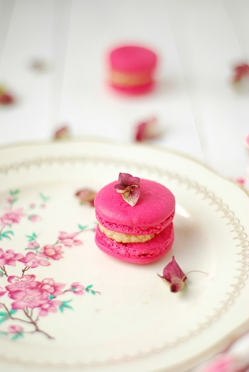 Des macarons à la chataigne avec un cœur framboise - #macarons - http://www.confitbanane.com/