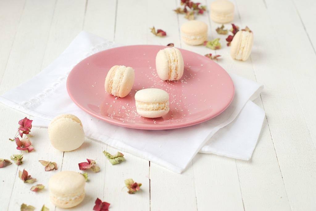 Des macarons coco avec une ganache montée coco - #macarons - http://www.confitbanane.com/