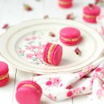 Des macarons à la chataigne avec un cœur framboise - #macarons -