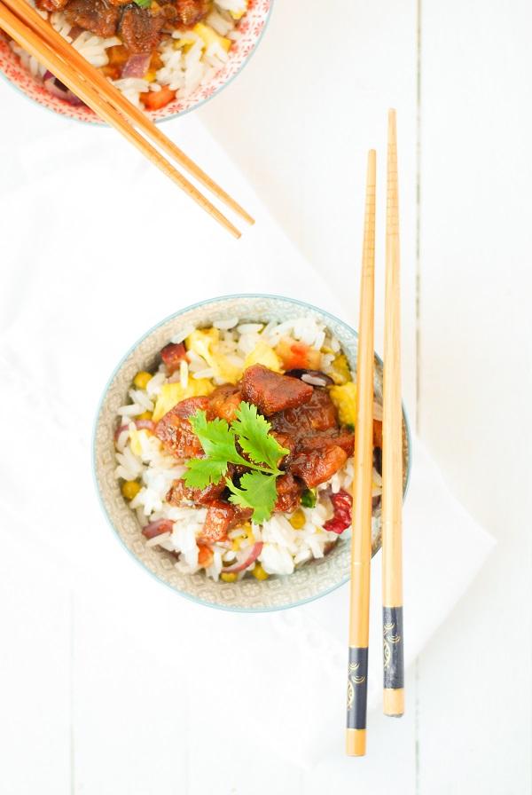La recette du classique porc au caramel ainsi que du riz cantonais pour l'accompagner http://www.confitbanane.com/