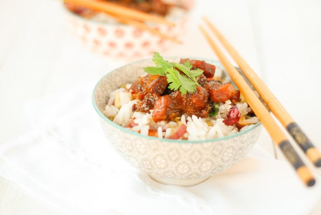 La recette du classique porc au carmel ainsi que du riz cantonais pour l'accompagner http://www.confitbanane.com/