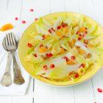 Une salade d'endives, clémentine, grenade avec des noix et du fromage d'abondance.... saveurs et couleurs d'automne au rdv - http://www.confitbanane.com/ - #salade #salad