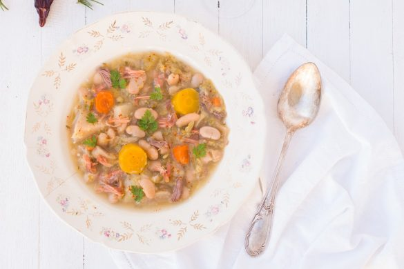 Une soupe du sud ouest pour les longues soirées d'hiver... la garbure béarnaise nous livre ses secrets. #soupe - http://www.confitbanane.com/