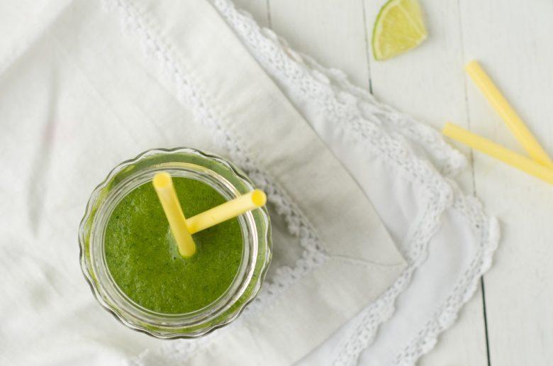 La recette du green smoothie hivernal et vitaminé par excellence, kale poire et orange s'allie pour ce jus detox - http://www.confitbanane.com/