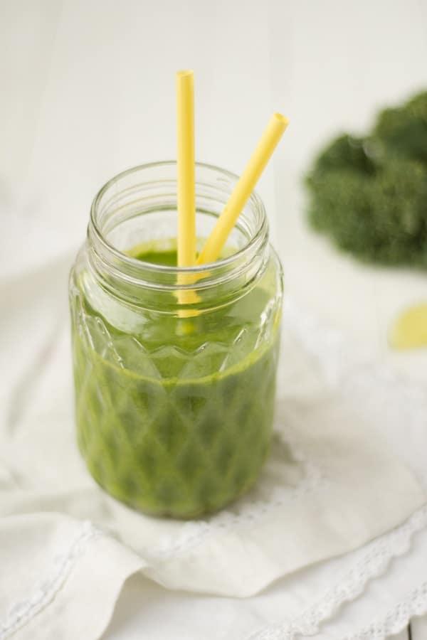 La recette du green smoothie hivernal et vitaminé par excellence. Ce smoothie kale poire orange forme le parfait jus detox pour affronter l'hiver - http://www.confitbanane.com/