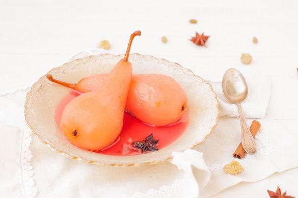 Un dessert léger, #vegan et #sansgluten avec ses poires pochées au jus de raisin et épices - recette de http://www.confitbanane.com/