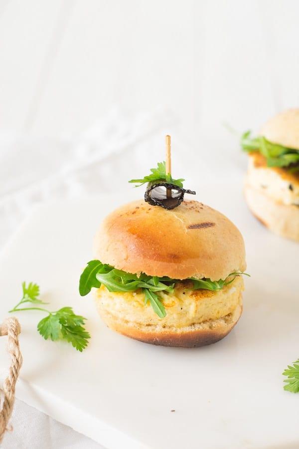 mini-burger à l'omelette truffée brebis et roquette
