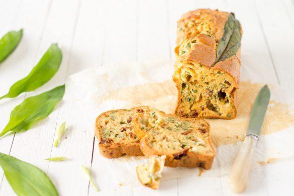 La recette de cake à l'ail des ours, tomates confites et mozzarella pour l'apéritif.