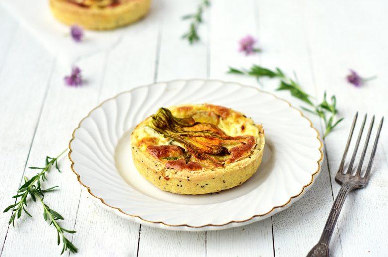 Tartelettes aux courgettes, feta et fleurs de courgette avec une pâte brisée rapide et sans repos -- Confit Banane