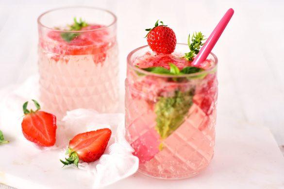 La recette d'une eau pétillante fraise basilic avec une touche de citron vert. La recette de boisson parfaite pour se rafraîchir.