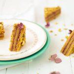 La recette de cake à la pistache et framboise ultra moelleux et gourmand qui ressemble à un mille-feuille