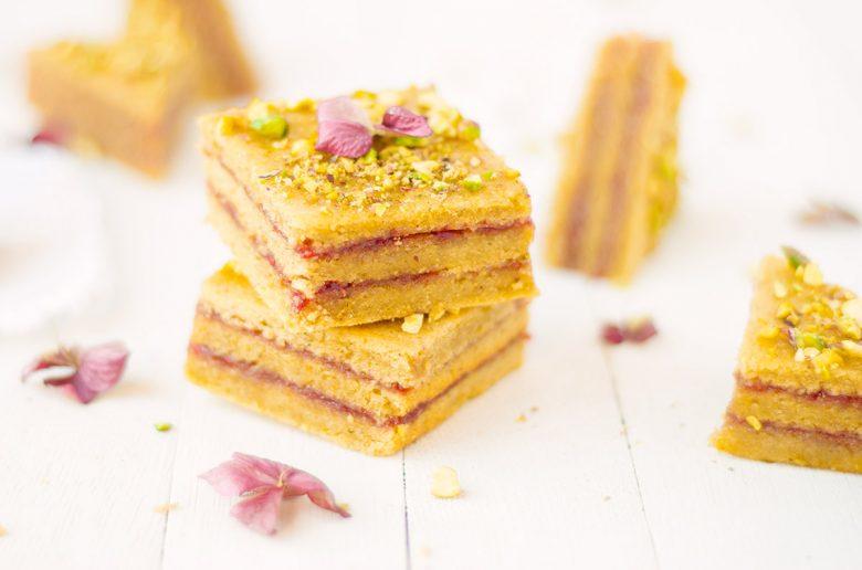 La recette de petits cakes à la pistache et framboise ultra moelleux et gourmand qui ressemble à un mille-feuille