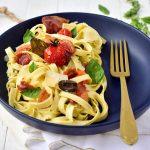 Salade de tagliatelles à la pancetta & tomates rôties avec des olives noires et une sauce au pesto - Confit Banane