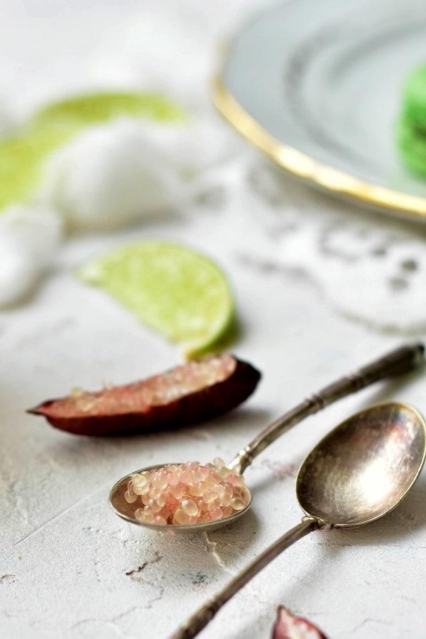 Une recette de macarons acidulés avec ces macarons au curd de citron vert et citron caviar -- confit banane