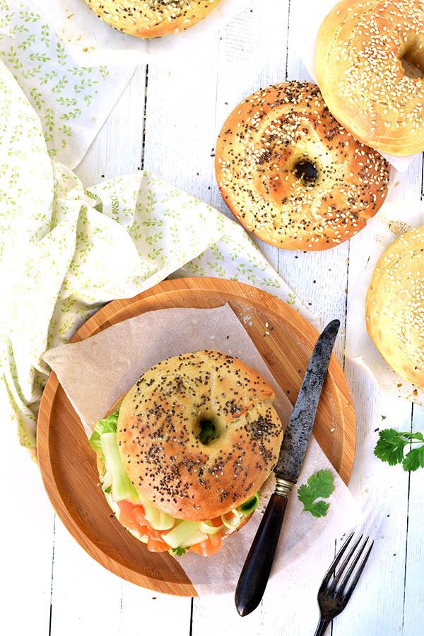 Une recette de pain à bagels fait maison facile à garnis de truite des pyrnées, frmage frais, coriandre et de concombre - recette de confit banane