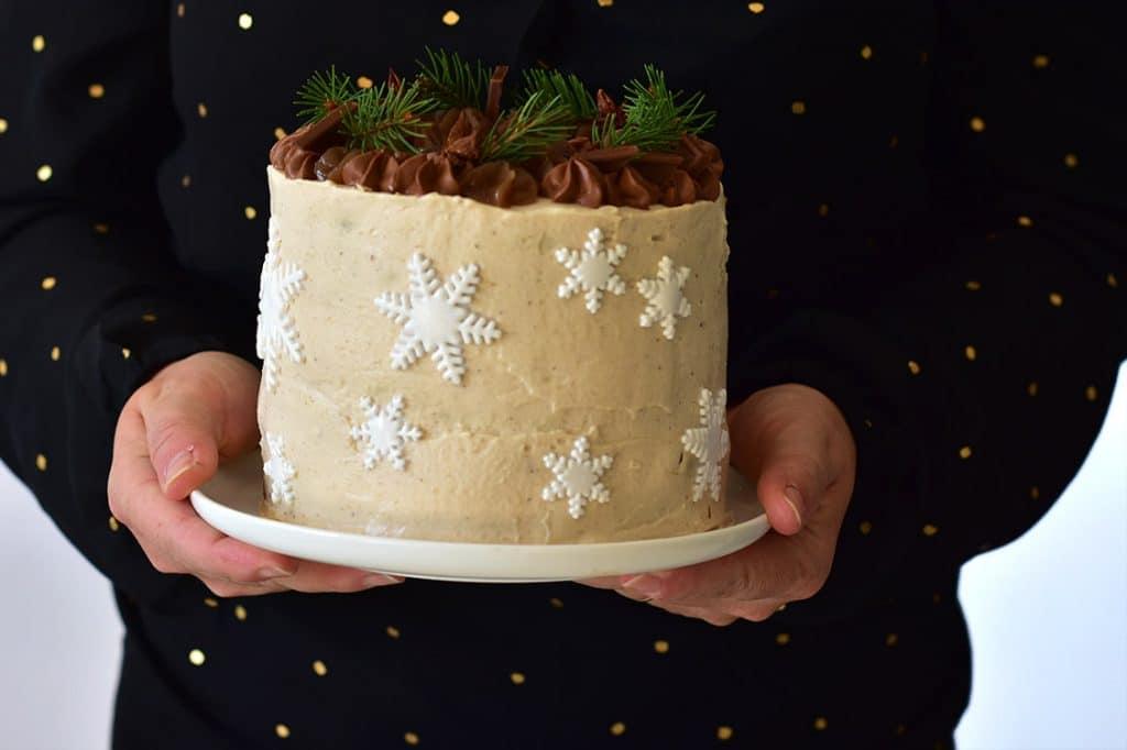 La recette d'un layer cake parfait pour Noel avec un gateau chocolat, une ganache montée chocolat, des poires et recouvert de chantilly à la crème de marron - recette de confit banane