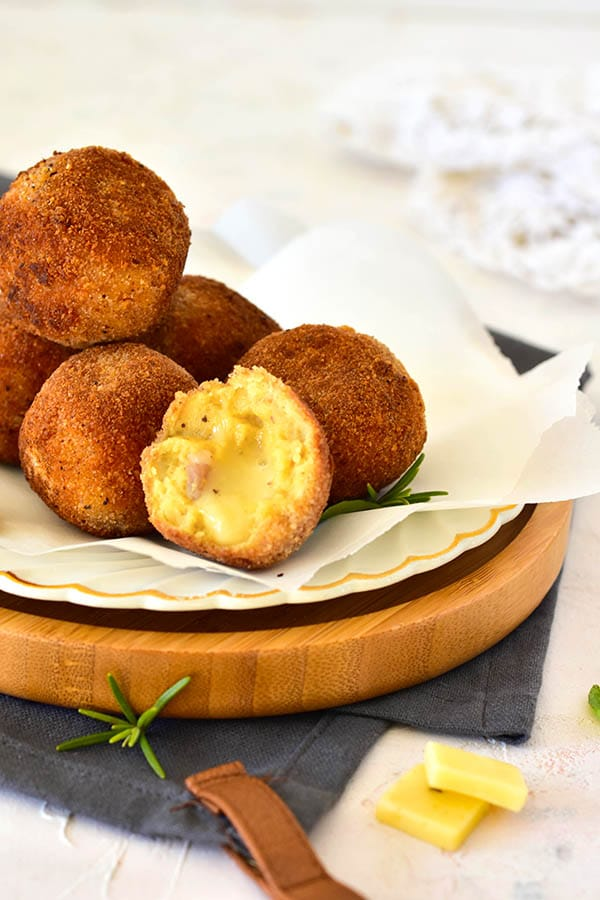 que faire des restes de raclette? les transformer en cromesquis de pomme de terre et charcuterie avec son coeur coulant de fromage raclette. Vous n'aurez plus jamais de reste de raclette.