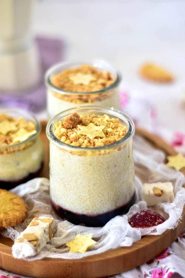 La recette de la semoule au lait avec de la vanille et un lit de confiture à la fraise, servi avec des sablés mère poulard. Recette de Confit Banane