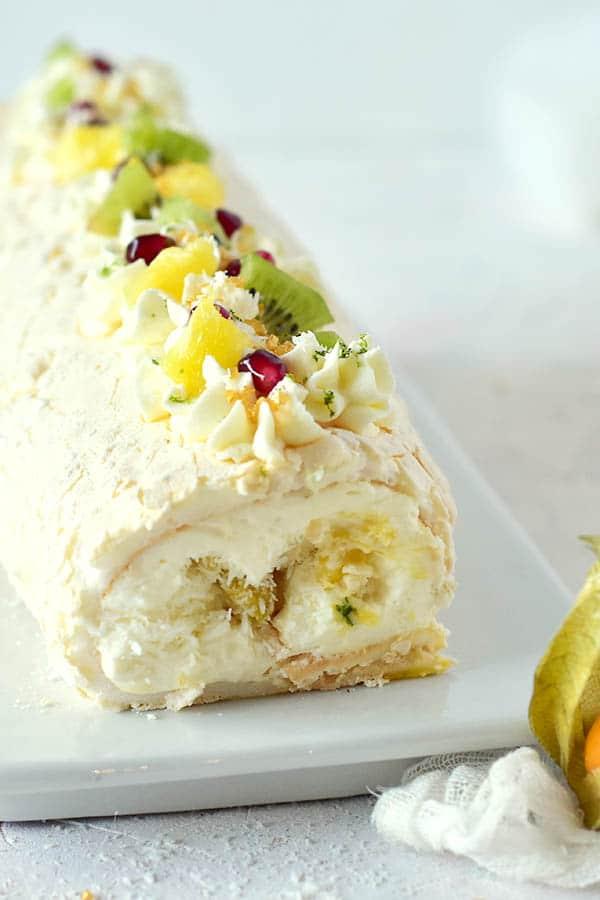 Recette de la bûche comme un pavlova exotique - #christmascake #christmas #buche #pavlova #BucheDeNoel #RecetteNoel -- Confit Banane