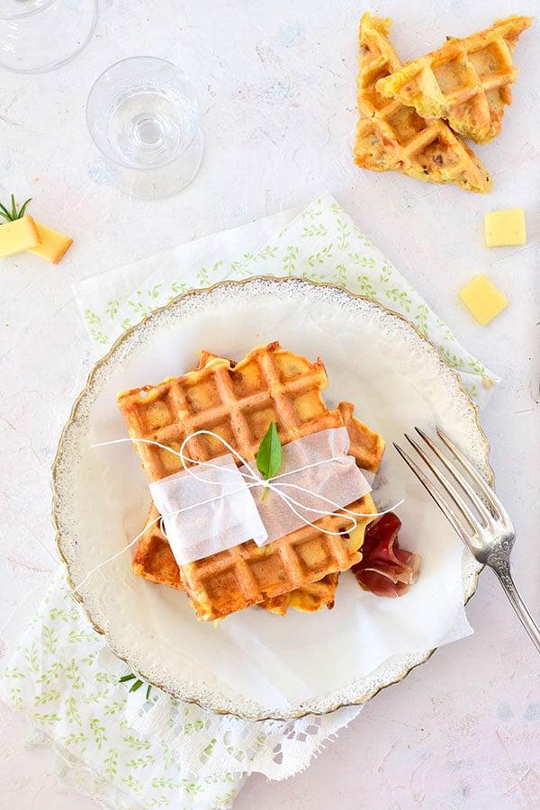 Que faire avec des restes de raclette? des gaufres de pomme de terre cuite, fromage à raclette et charcuterie -- recette de Confit Banane