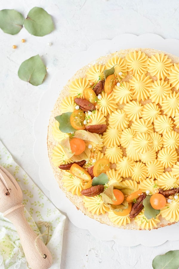 Une recette d'entremet avec un biscuit cuillère, une mousse praliné et un crémeux au citron bergamote -- recette par Confit Banane