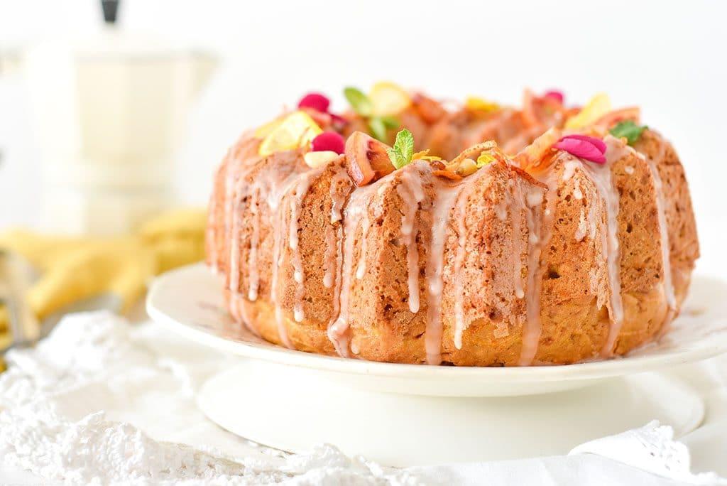 Un carrot cake cuit dans un moule à bundt cake avec un glaçage à l'orange sanguine - #carrotcake - confit banane